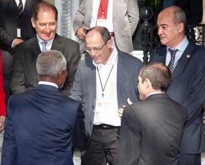 Juan Karlos Izagirre Kofi Annan jasotzen (Wikimedia Commons)