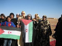 Haidar hainbat aberkiderekin, Saharako bandera eskutan daramatela