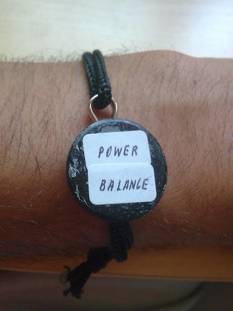 Mi power balance (Al fondo a la derecha, CC)